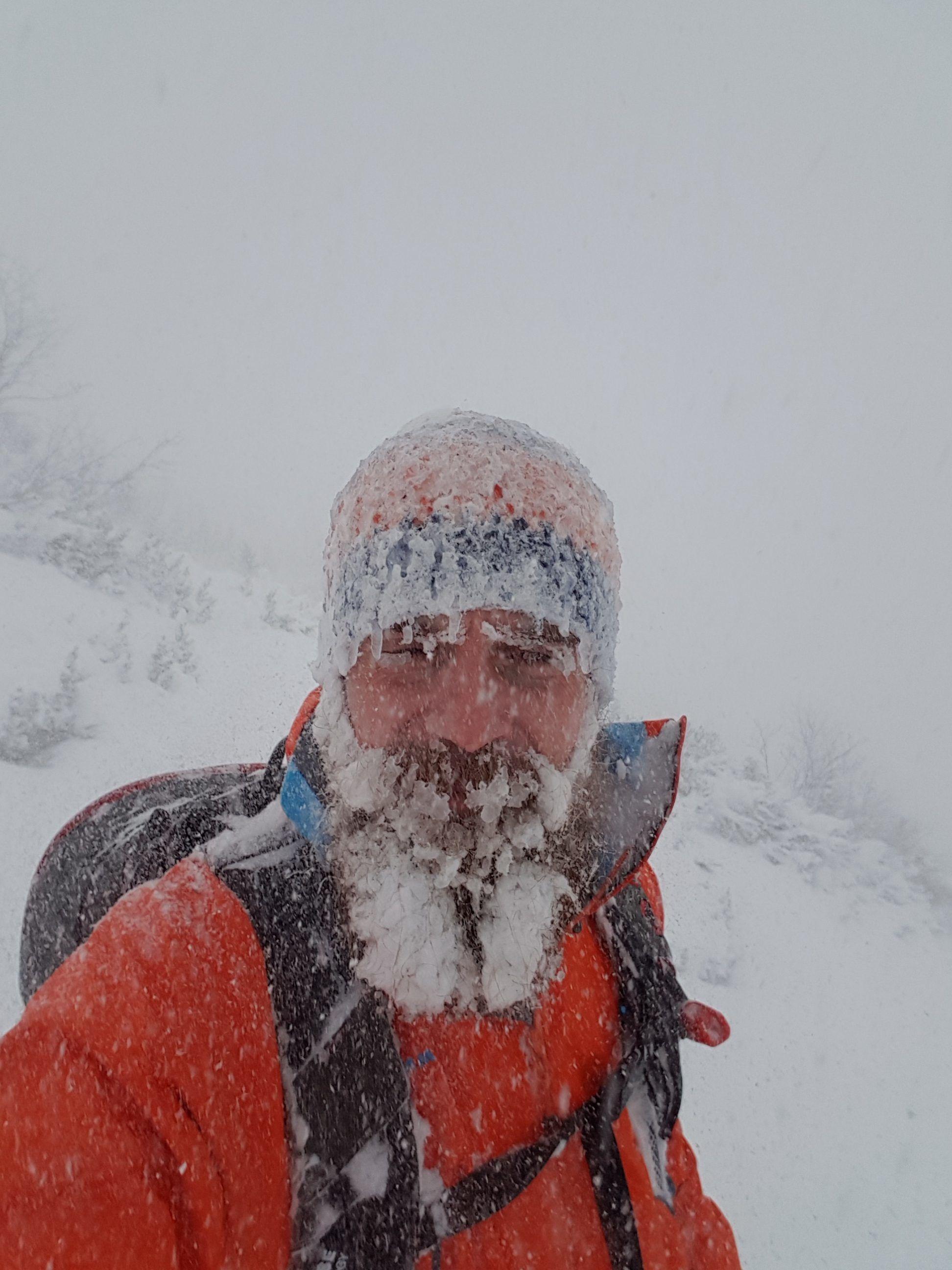 Florian Grasel beim Schitouren Gehen auf der Rax mit eingefrorenen Bart